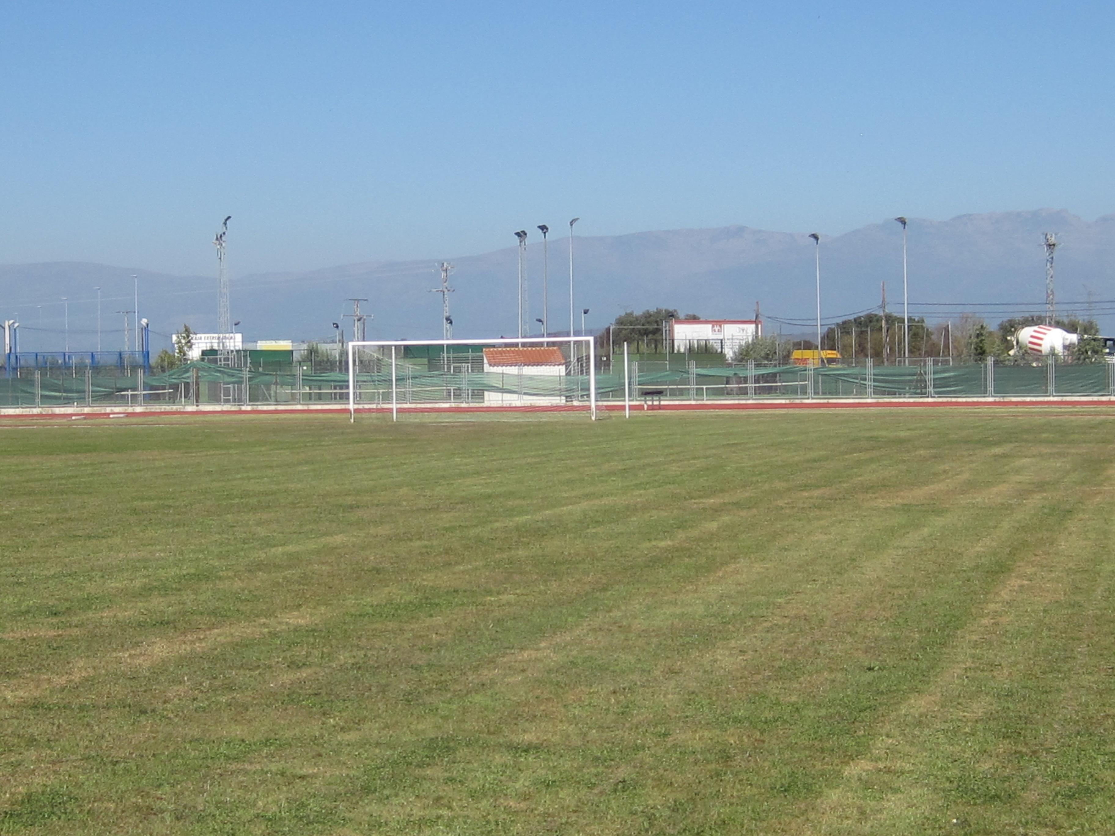 El ayuntamiento moralo mejora el c sped del campo de for Piscina climatizada navalmoral