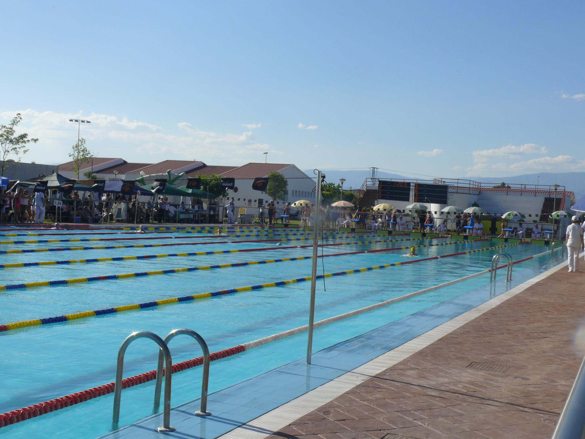 La piscina municipal se estrena con una jornada de puertas for Piscinas naturales navalmoral dela mata