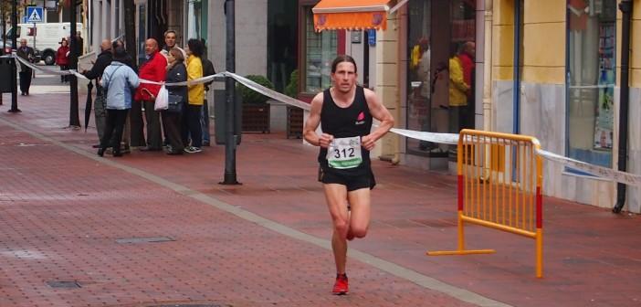 El ganador de la carrera corre por la peatonal